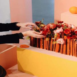 Pamiętacie naszą Oranżadę? ☺️🍊 Słodki smak cytrusów pochłanianych w nieprzyzwoitych ilościach podczas majówkowych dni przypomniał nam o tej soczystej kolekcji... i pięknej kompozycji z naszą pasiastą, satynową folią w roli głównej! 🤗  Cieniutkie pasy naniesione na gładką, przezroczystą powierzchnię zacnie prezentują się nie tylko w towarzystwie dopasowanych kolorystycznie papierów, lecz również - tak jak w tym przypadku - w całkiem innej, mniej dosłownej odsłonie! My jesteśmy zachwyceni tą estetyczną odmianą 😊. Folię we wszystkich (naprawdę ślicznych!) odsłonach kolorystycznych znajdziecie tutaj: 👉 https://plastiflora.pl/pl/szukaj?controller=search&s=151006  Gorąco zapraszamy do bezpiecznych zakupów internetowych i zachęcamy do uskuteczniania odstresowujących, twórczych działań 🖤. --- #bouquet #blumen #blumenliebe #flowers #florystyka #florist #flowerstagram #kwiaty #kwiaciarnia #kochamkwiaty #flowerslovers #bukiet #kwiatemwwirusa #flora #flowerstudio #flowershop #design #diy #creative #designinspo #lodz #łódź