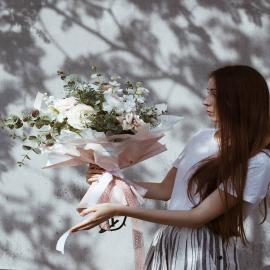 O blaskach wykonywania naszej pracy moglibyśmy długo, dziś zerknijcie na towarzyszące jej cienie 😎. Dajemy słowo, że tak spektakularnych efektów świetlnych na ścianie naszej hurtowni się nie spodziewaliśmy, ale z radością udokumentowaliśmy dla Was ten piękny widok 😊.  A na pierwszym planie mamy bukiet wykonany z naszych kwiatów sztucznych (wiemy, wiemy, łatwo się nabrać!), które z klasą imitują swoje naturalne pierwowzory. Wszystkie rośliny sztuczne, które starannie dla Was wybieramy, kierując się jakością i nosem do estetyki, znajdziecie w naszej zgierskiej siedzibie przy ul. Sienkiewicza 10, wybór jest ogromny, zapraszamy! 🤗  Bukiet z kolei ubraliśmy w ozdobny kubrak, do wykonania którego użyliśmy naszej satynowej, mlecznej folii zwieńczonej różowym pasem, dwóch papierów - różowego karbowańca w trójkąty i białej bibuły oraz naszej tkanej wstążki Rimini w odcieniu pudroworóżowym, produkowanej przez nas na łódzkich krosnach 😏. Linki do wszystkich produktów znajdziecie na naszym Facebooku pod dzisiejszym postem.  Z takim zestawem można dobrze i kreatywnie zacząć poniedziałek! ☺🌞 --- #kwiaty #kwiaciarnia #kochamkwiaty #instaflowers #flowerstalking #blumen #blumenliebe #flowers #kwiatemwwirusa #flora #flowerstudio #flowershop #wstążka #ribbons #dekoracje #wedding #weddingdecor #decor #decorations #designo #floristic #florystyka #lodz #mojalodz #łódź