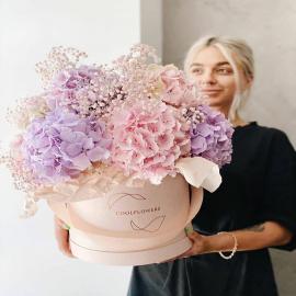 Wystarczyło kilka lat, by flower boxy szturmem podbiły świat florystyki i dekoratorstwa... oraz kobiece serca, rzecz jasna! 🥰 Wśród materiałów, które uwielbiają się mościć w tych pięknych, aksamitnych pudełkach, królują nasze miękkie i satynowe folie oraz leciutkie jak chmurka papiery bibułkowe - te szykownie matowe, jak i delikatnie metalizowane (przy okazji, widzieliście już naszą bibułkę w kolorze miedzianego różu? *znaczące spojrzenie, głębokie westchnięcie*). Spokojnie, nic straconego, wszystko znajdziecie na naszych półkach! 😄  Dajcie nam znać, po które materiały najchętniej sięgacie w twórczym szale! Czy skwapliwie eksperymentujecie z nowościami, czy może jesteście wierni naszym sztywniejszym karbowańcom? 😎  Psst, ten piękny bukiet to dzieło @coolflowers_cz. Dziękujemy za ponowne mistrzowskie wykorzystanie naszych materiałów! <3 --- #bouquet #bukiet #blumen #blumenliebe #flowers #kwiaty #kwiatemwwirusa #flora #flowerstudio #flowershop #dekoracje #flowerbox #smile #inspiredbyflowers #kwiaciarnia #inspiredbypetals #lodz #inspiredbynature