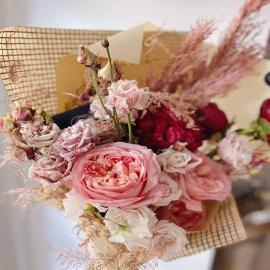 Pamiętacie, jak chwaliliśmy się naszym nowym, gładkim papierem? Voilà, mili Państwo! Trochę natury, trochę geometrii, trochę szkolnych wspomnień – w sam raz na odczarowanie zeszytów w kratkę w tegoroczne wakacje! Do naturalnych bukietów w swobodnym wydaniu i puchatych kwiatów bawełny, do mikołajków, uroczych piwonii i czarnookich anemonów. Jednym słowem, wszędzie tam, gdzie chciałoby się wprowadzić nieco nonszalancji w eleganckim i porządnym wydaniu 🤓🤗.  Papier znajdziecie na naszych stacjonarnych półkach w Zgierzu przy ul. Sienkiewicza 10. Odpowiadając na liczne pytania: tak jest – gorąco zapraszamy także detalistów!  A za dzisiejsze zdjęcie i piękną kompozycję z udziałem naszych materiałów ponownie dziękujemy @coolflowers_cz – rozpiera nas duma, że choć odrobinę przyczyniają się one do powstania tak pięknych prac! 😊 --- #diy #creative #paper #decorations #instadecor #instadecor #instadesign #designin #bouquet #blumen #blumenliebe #flowers #kwiaty #kwiatemwwirusa #flora #flowerstudio #flowershop #dekoracje #inspiredbypetals #lodz #łódź
